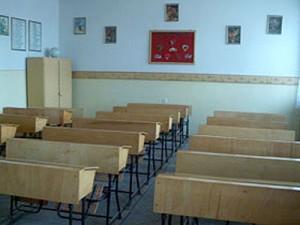 clasa scoala 300x225 Cursurile din invatamantul preuniversitar, suspendate luni in doua judete