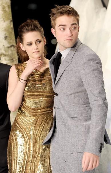 "robert pattinson 388x600 Robert Pattinson s a hotarat: ""Kristen, de Sfantul Valentin, ori te cer de nevasta, ori te parasesc!"""