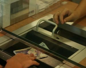 ghiseu bancar plata 300x239 Zeci de mii de functionari publici din administratia locala vor sa intre in greva