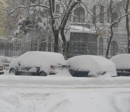 iarna cod galben viscol ninsori prognoza meteo 450x388 A fost prelungita avertizarea de ninsori. Gerul nu se domoleste, cel putin pana joi