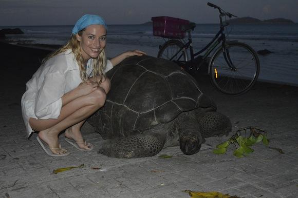 laura6 Laura Cosoi si iubitul ei, imagini spectaculoase din Paradis! (FOTO)