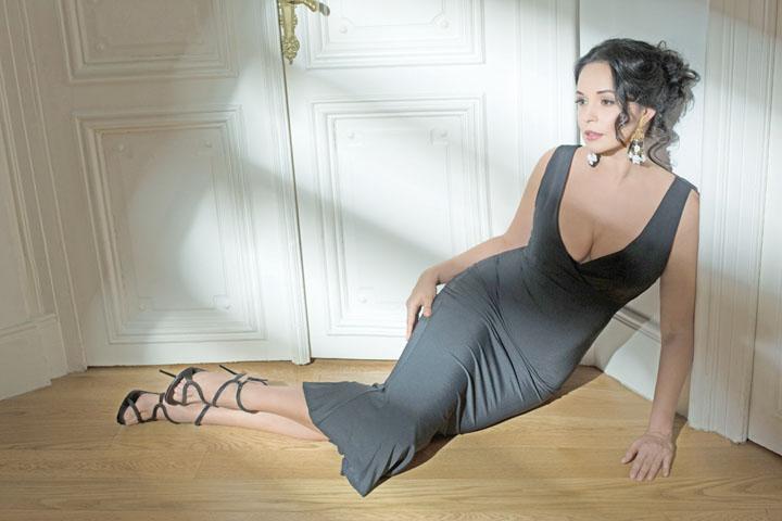 Andreea Marin FHM Andreea Marin, acuzata ca a aparut in FHM cu poze photoshopate: Ei bine, gresit! Afla cine o apara!