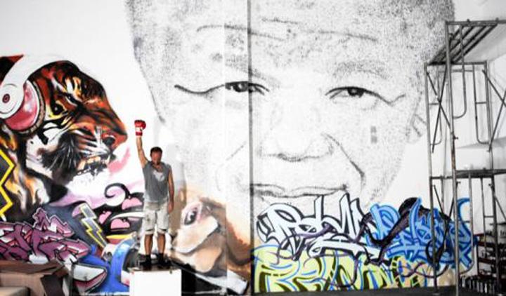 Mandela pumni final Nelson Mandela a incasat 27.000 de pumni