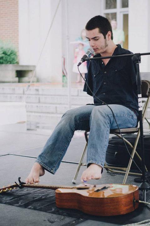 george dennehy Familia romanului care canta la chitara cu picioarele, model pentru americani