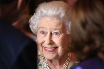 regina elisabeta hepta 350x233 Regina i a promis tronul lui William peste capul printului Charles