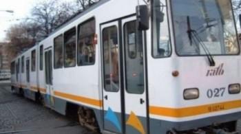 tramvai 34774300 07179800 38351000 350x195 Barbat acrosat de tramvai, in Capitala