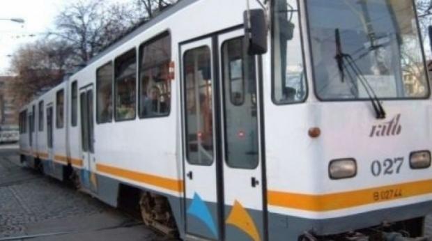 tramvai 34774300 07179800 38351000 Tabla de pe un acoperis din Capitala a cazut pe sina de tramvai