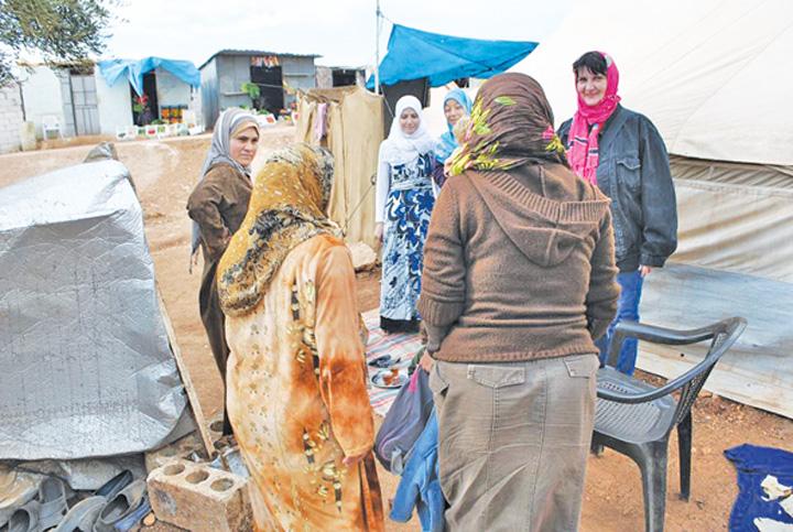 "Femeile din tabara Atma te poftesc la un ceai ""National"" si Community Aid Romania, cu ajutoare in Siria!  Tabara de refugiati Atma, ""emblema"" indiferentei internationale"