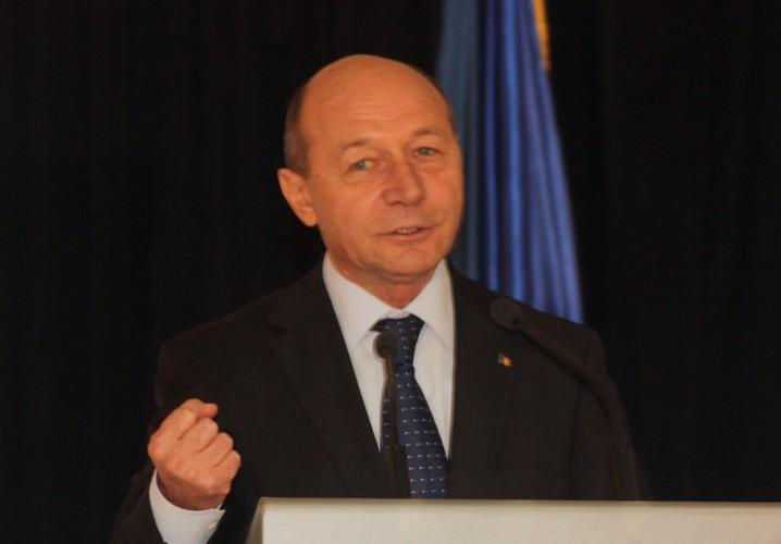 traian basescu rica petrescu 718x500 Basescu reactioneaza dupa aparitia valizei