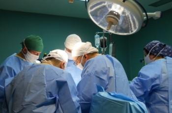 medici operatie 350x230 Un barbat a murit, dupa ce a cazut de etajul patru al unui spital