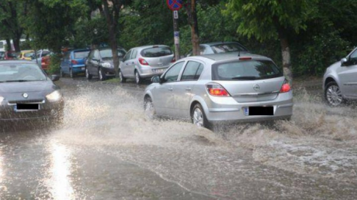 ploaie cod galben 720x404 Avertizari COD GALBEN si PORTOCALIU de vreme rea, pana duminica seara
