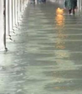 inundatii 261x300 COD GALBEN: risc de inundatii in cazul unor rauri de pe raza a zece judete