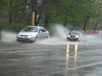 circulatie ploaie 350x262 Capitala intra sub COD GALBEN de ploi. Mai multe judete vor fi sub COD PORTOCALIU
