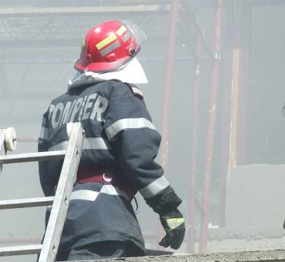 pompieri incendiu Barbat gasit mort intr un apartament care a luat foc