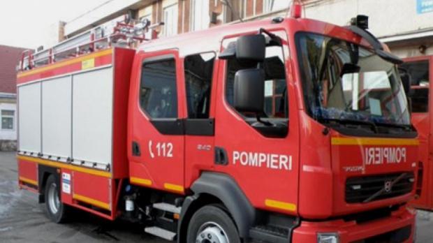 pompieri1 Barbat dus la spital cu arsuri, in urma unei explozii intr un bloc din Roman
