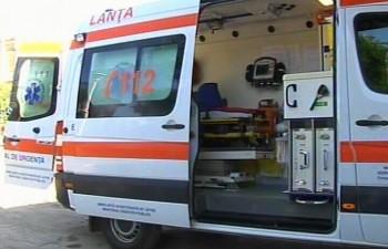 ambulanta2 350x225 Accident cu doua microbuze pe DN2, in Suceava: cinci raniti