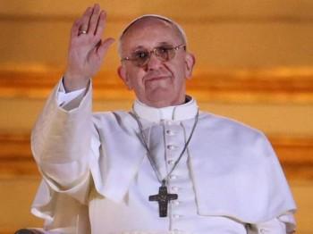 papa francisc 350x262 Papa a casatorit, intr un avion, doi insotitor de bord
