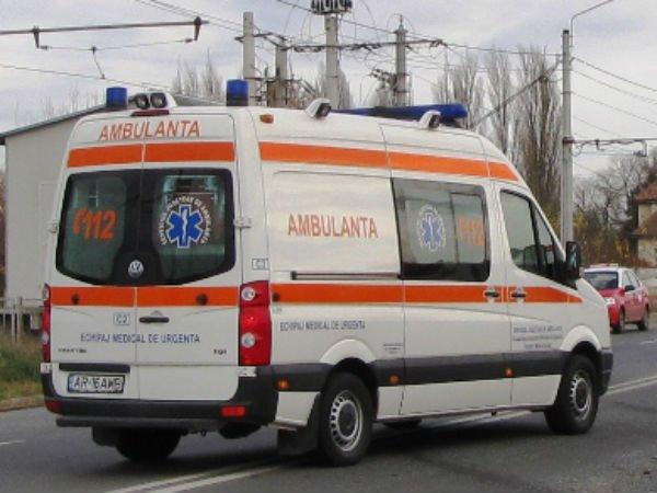 ambulanta4 Accident grav de microbuz: doi oameni au murit, sapte persoane au fost ranite
