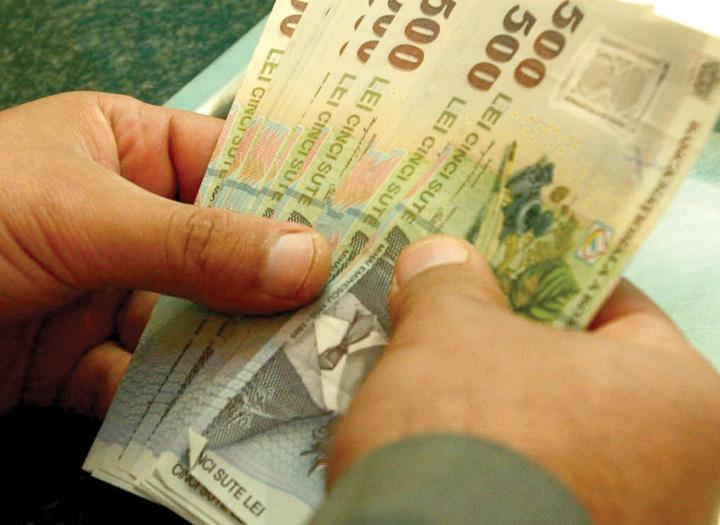 bani in mana1 Limitarea platilor cash favorizeaza bancile