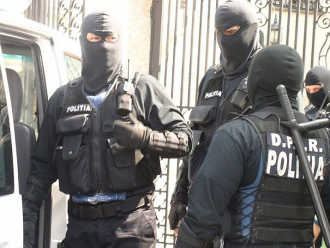 mascati3 665x500 Perchezitii la o grupare suspecta de fraude informatice