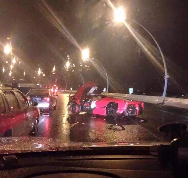 CDsVB RUkAA316L Cel mai scump accident rutier din China: un pusti teribilist a facut praf 3,5 milioane de dolari!