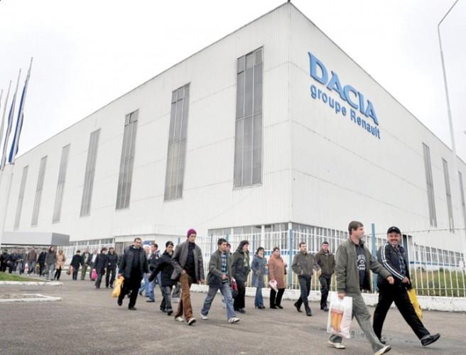 Uzina dacia 2 656x500 Peste 10.000 de angajati de la Uzina Dacia au iesit in strada