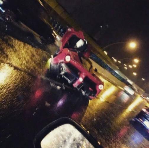 laferrari wrecked in shanghai by what looks like a chinese teen boy 3 504x500 Cel mai scump accident rutier din China: un pusti teribilist a facut praf 3,5 milioane de dolari!