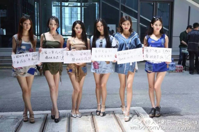 modelsprotest12 Modelele refuzate de Salonul Auto Shanghai, protest in zdrente care sunteti voi, zdrente!