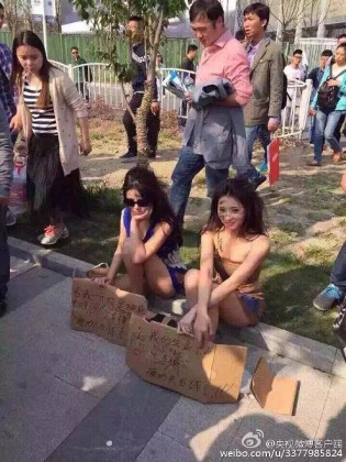 modelsprotest4 Modelele refuzate de Salonul Auto Shanghai, protest in zdrente care sunteti voi, zdrente!