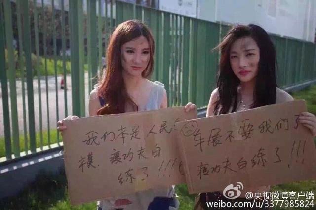 modelsprotest8 Modelele refuzate de Salonul Auto Shanghai, protest in zdrente care sunteti voi, zdrente!