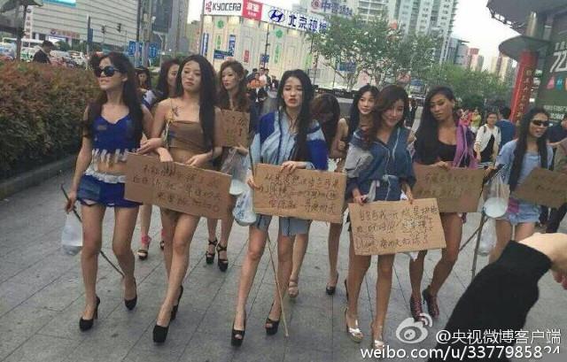 modelsprotest9 Modelele refuzate de Salonul Auto Shanghai, protest in zdrente care sunteti voi, zdrente!
