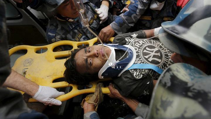 nepal3 A supravietuit cinci zile sub daramaturi in Nepal