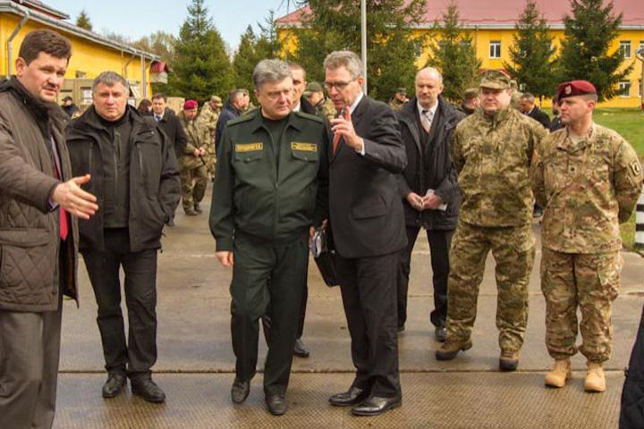 porosenko Soldatii americani au debarcat in Ucraina