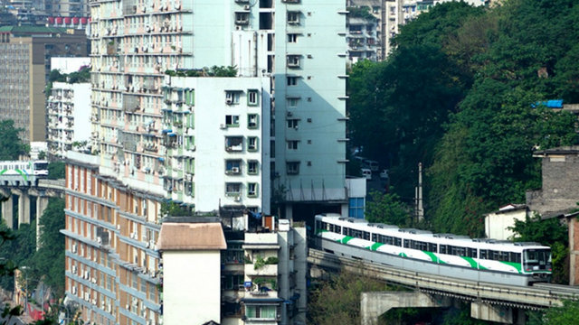 shanghai metro through building 3 Atentie, se inchid usile! Urmeaza statia Nanxiang, cu peronul in scara blocului!