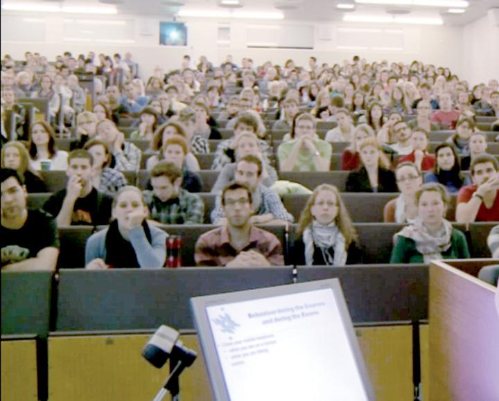 studenti amfiteatru Guvernul sparge 200 de milioane de euro ca sa ingroase numarul somerilor
