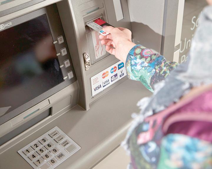 bancomat BRD crop Ce comisioane platiti la cardurile de debit