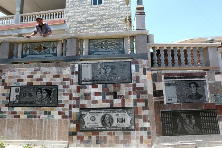 bani Si a umplut gardul cu bancnote de pe vremea lui Mao, dar si cu bani ai imperialistilor americani