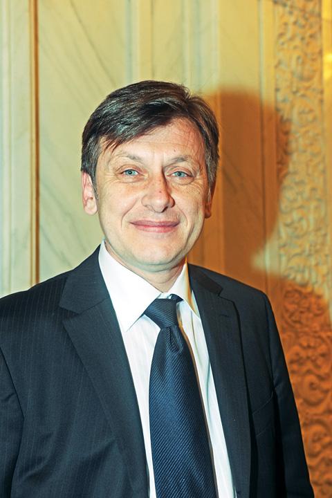 crinutu  Ce beneficii are Catalin Predoiu ca premier din umbra!
