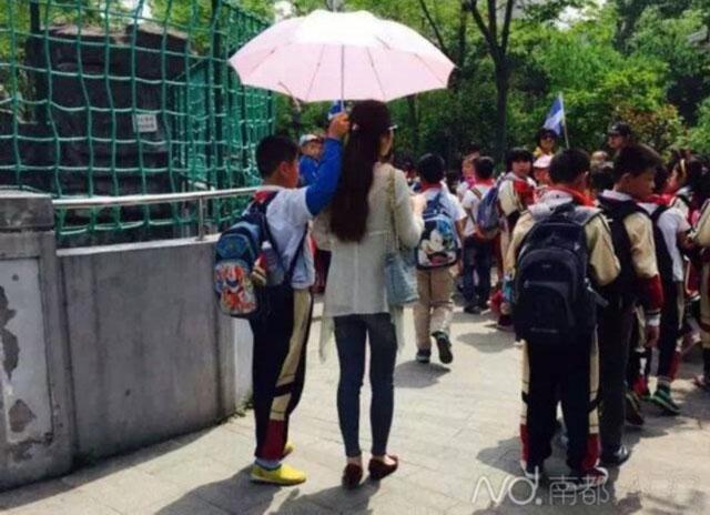 student teacher umbrella Acuzata ca nu si tine singura umbrela, o invatatoare a recunoscut ca asa e!