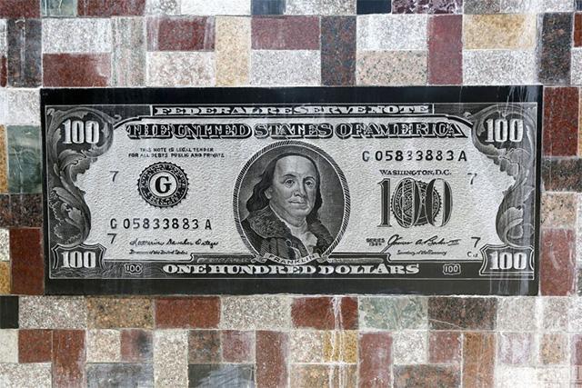 us note wall Si a umplut gardul cu bancnote de pe vremea lui Mao, dar si cu bani ai imperialistilor americani