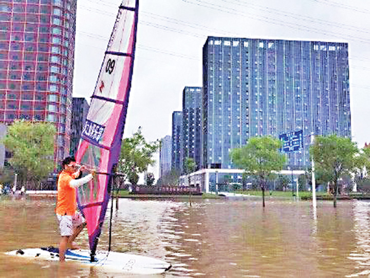 212 Metropola chineza inundata, cetatenii fac windsurfing pe bulevard!