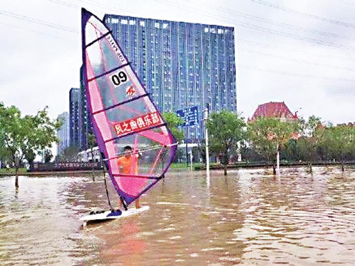 37 Metropola chineza inundata, cetatenii fac windsurfing pe bulevard!