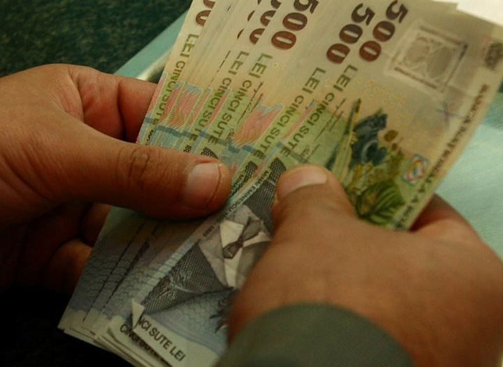 bani in mana3 Salariul minim majoreaza costurile angajatorilor