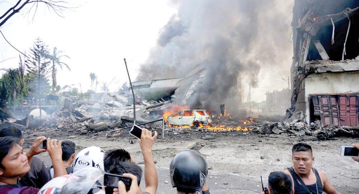 indoneziA1 116 morti dupa ce un aparat Hercules C 130 s a prabusit peste un oras din Indonezia