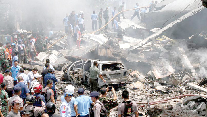 indonezia 116 morti dupa ce un aparat Hercules C 130 s a prabusit peste un oras din Indonezia