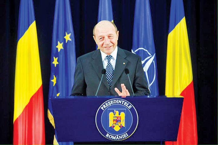 traian basescu1 Iohannis, acuzat ca a luat o pe urmele lui Basescu