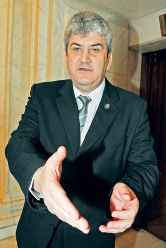 GABRIEL OPREA FANE 128 335x500 Fostul vicepremier Oprea, la instanta. A inceput procesul Limuzina