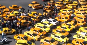 miting taximetristi 21 350x183 Taximetristii protesteaza in fata Guvernului/Restrictii de circulatie in centrul orasului