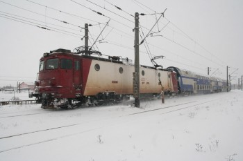 tren iarna ninsoare 350x233 Zeci de trenuri anulate, marti, din cauza vremii