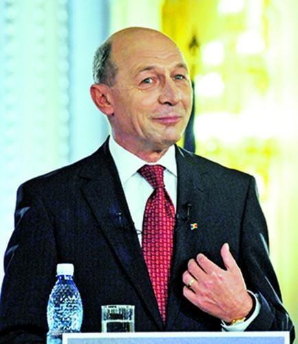 TRAIAN BASESCU FANE 79 434x500 De ce si a sunat Traian Basescu sotia, in plina emisiune TV